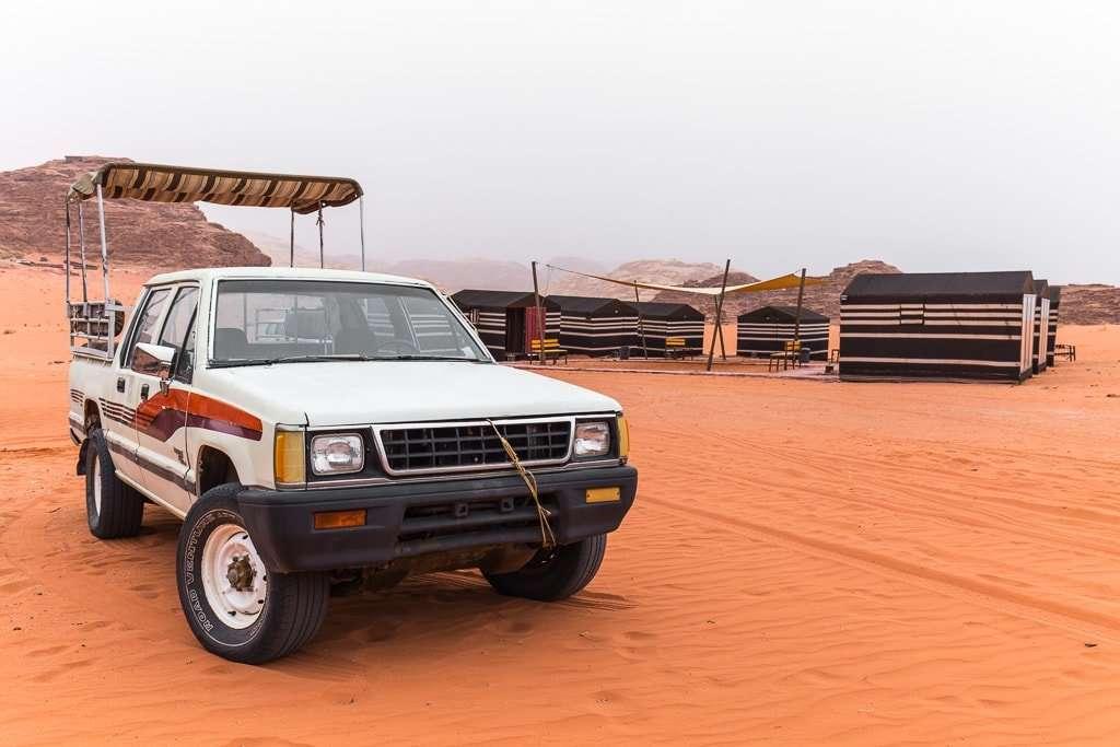 Coche frente al campamento Wadi Rum Starlight Jordania