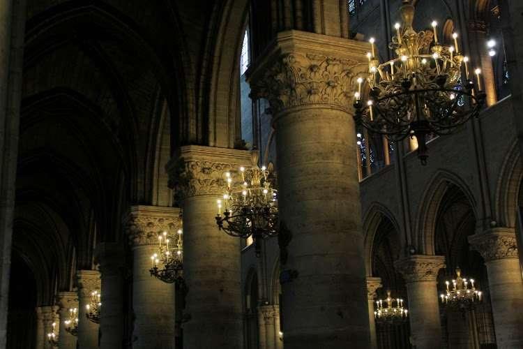 Columnas y lámparas de  Notre Dame