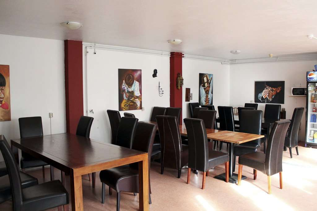 Mesas de la cocina común del Selfoss Hostel