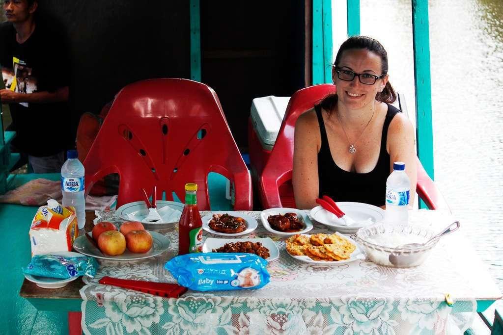 Comiendo en el klotok cerca de Camp Leakey
