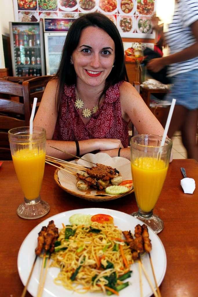 Comiendo en el restaurante Borneo 8 en Ubud