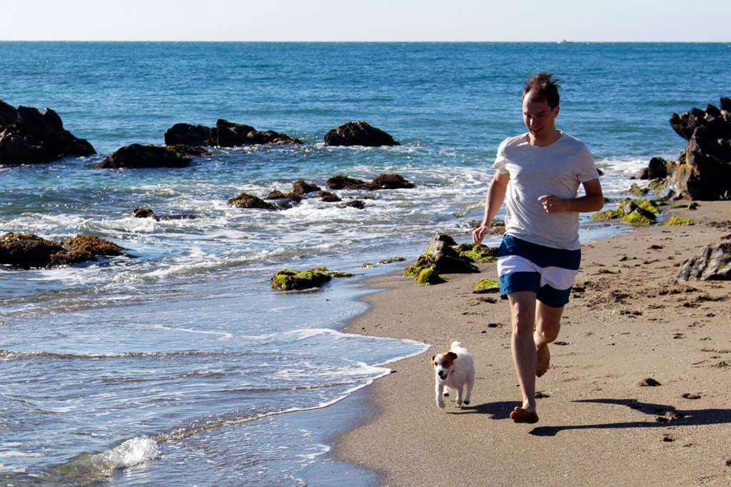 Amy y Alberto corriendo en la playa del Castillo de Fuengirola