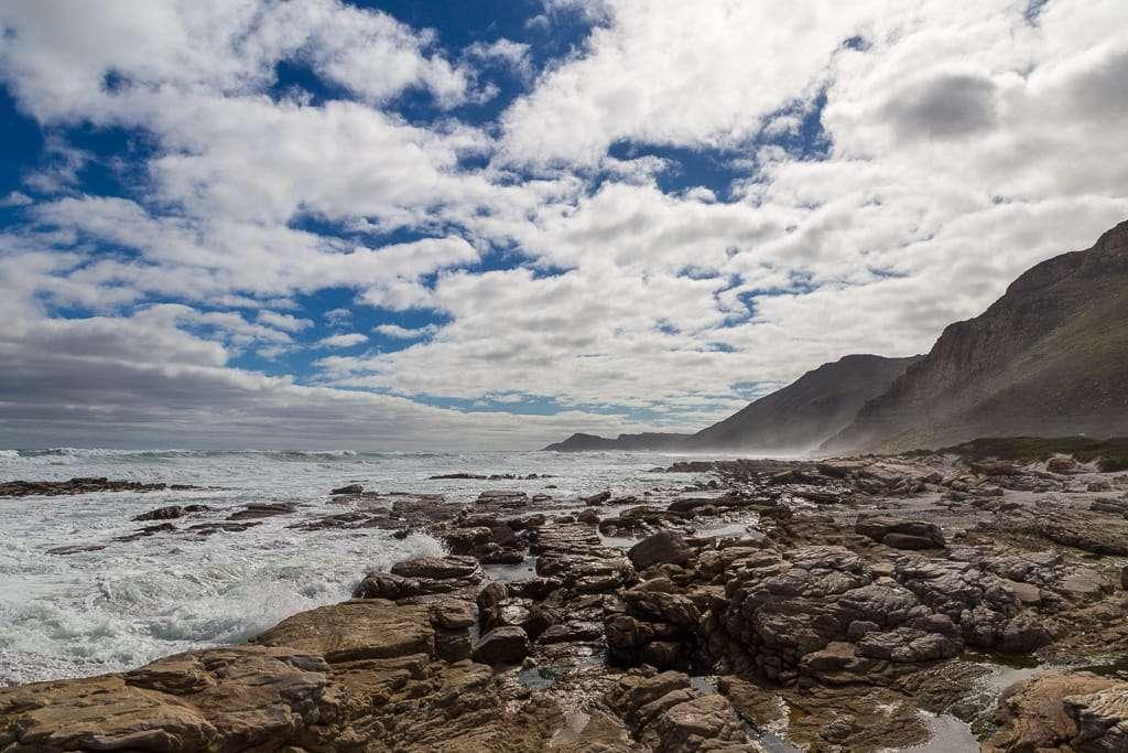 Vistas de la costa desde Scarborough Beach, Península del Cabo, Sudáfrica