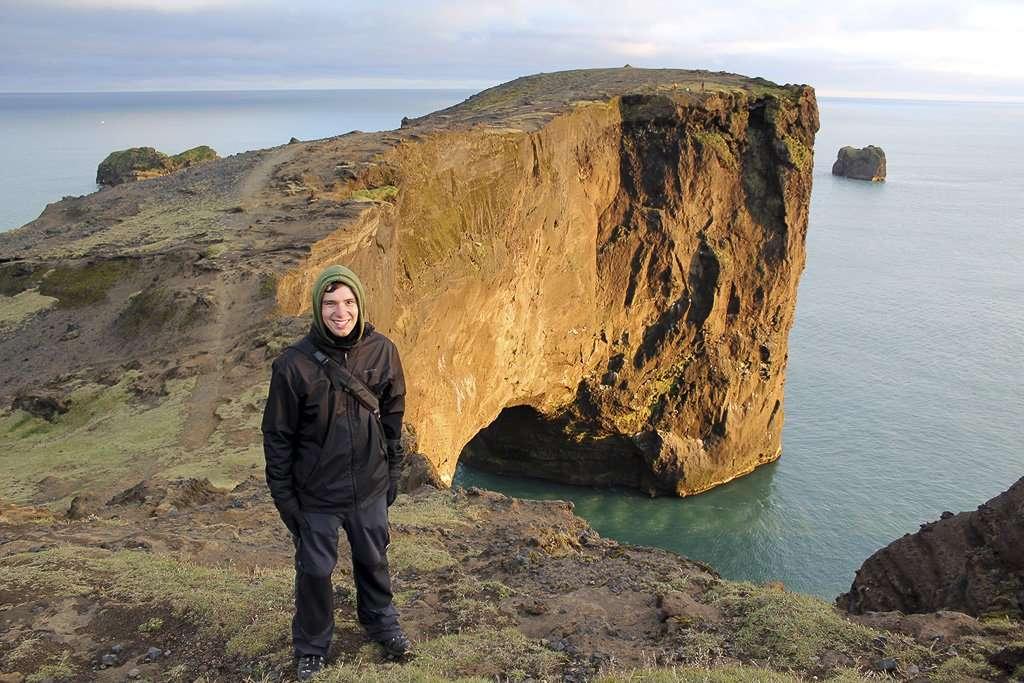 A punto de cruzar el arco de Dyrhólaey en Islandia