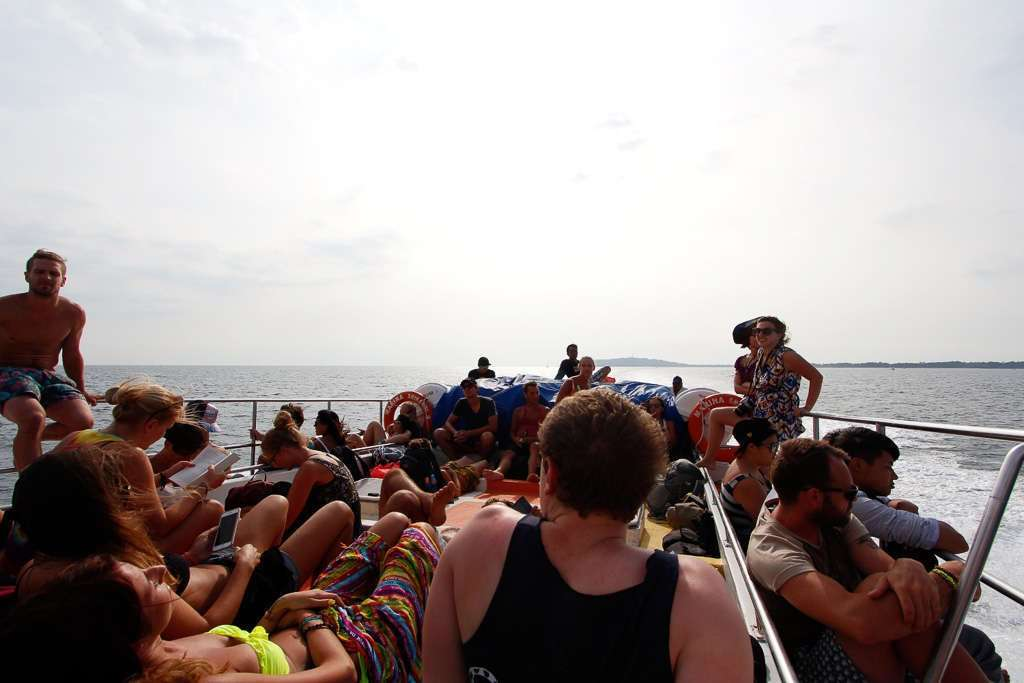 La cubierta del fastboat llena de gente