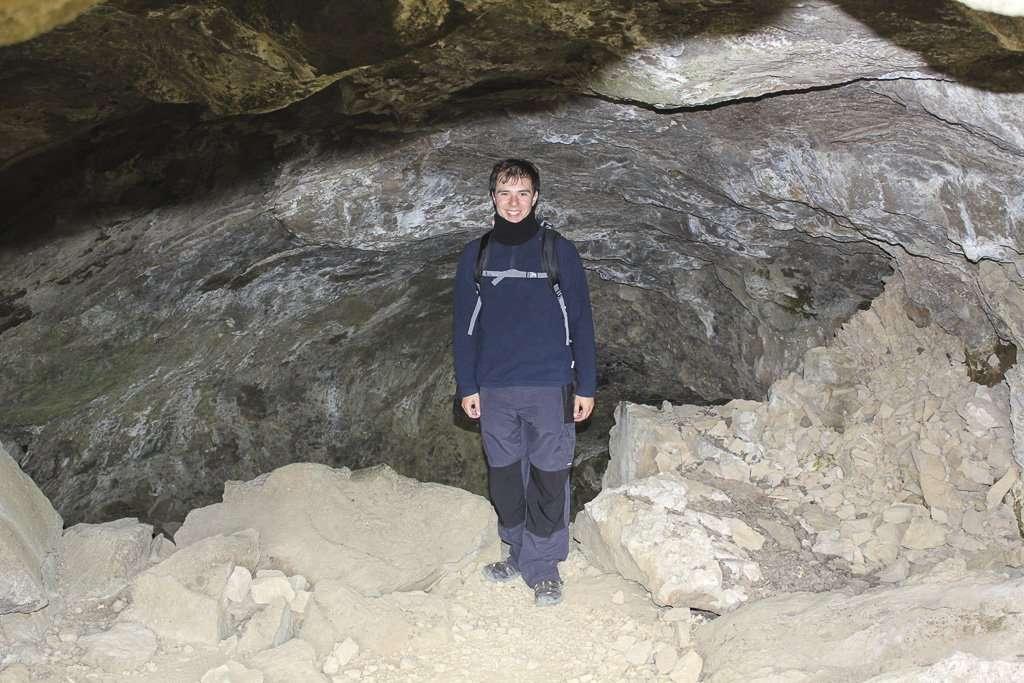 Paso por una cueva en la ruta hacia la cascada Glymur