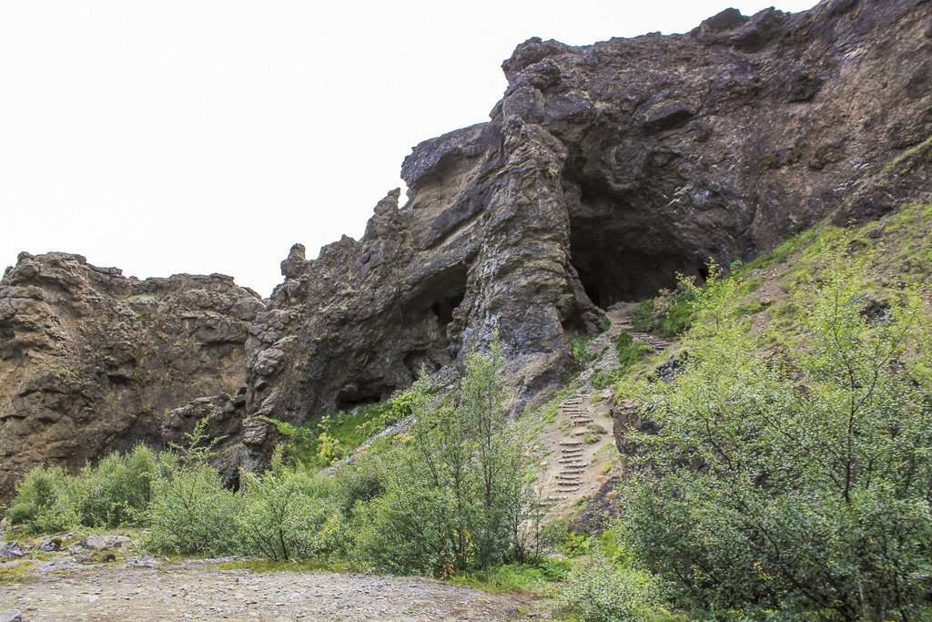 Unas cuevas por las que se pasan durante la ruta de la cascada Glymur