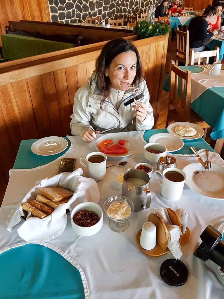 Lena desayunando en el Cloud Forest Lodge
