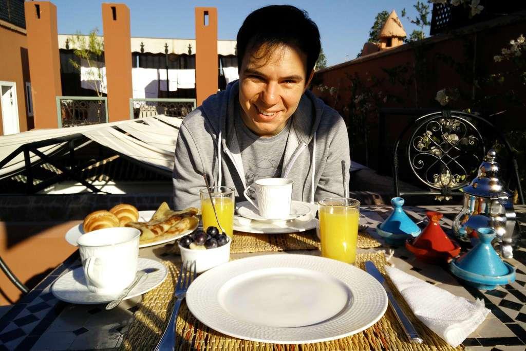 Desayuno en la terraza del riad Dar Nakous en Marrakech
