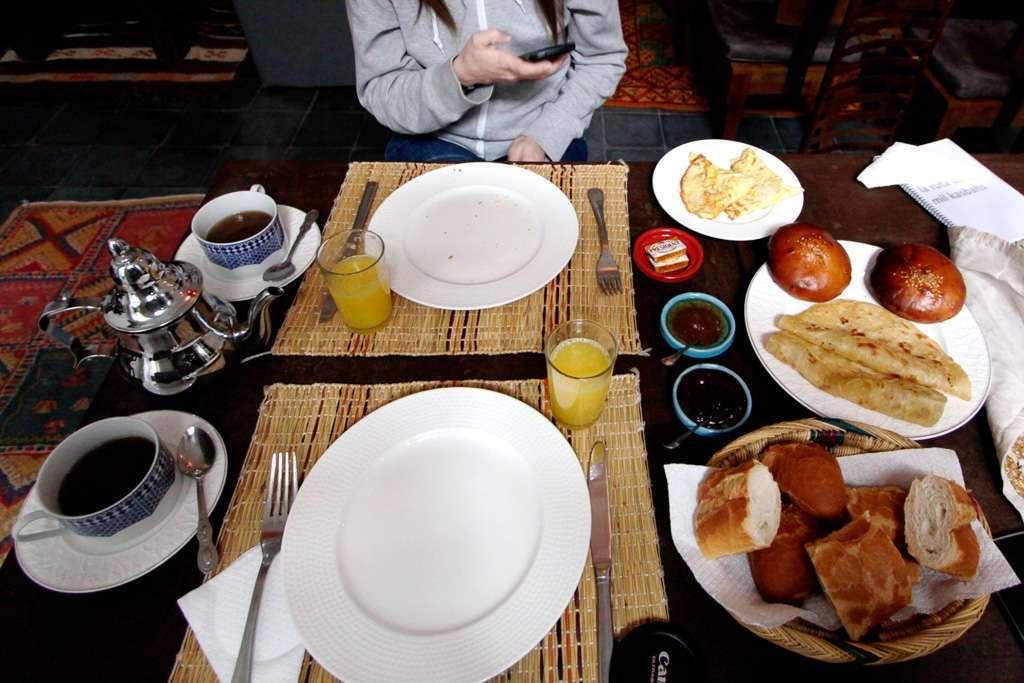 Desayuno en el salón interior del riad Dar Nakous