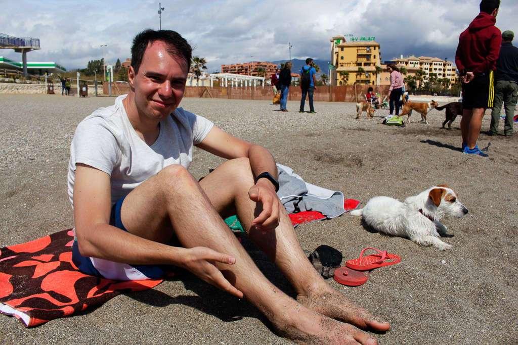 En las toallas, en la playa del Castillo de Fuengirola
