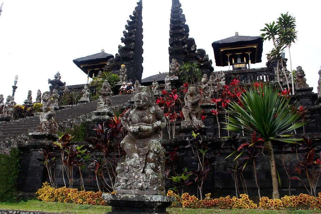 Una estatua y la escalera principal de Pura Besakih (Bali)