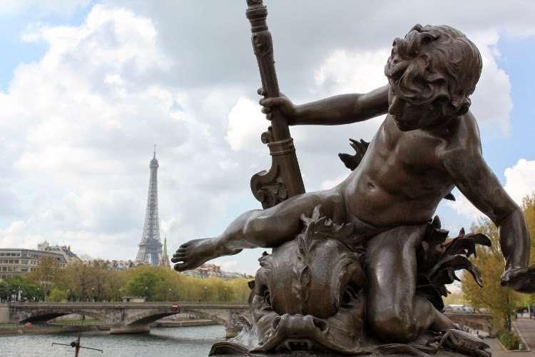 Detalle del Puente de Alejandro III con la Torre Eiffel de fondo