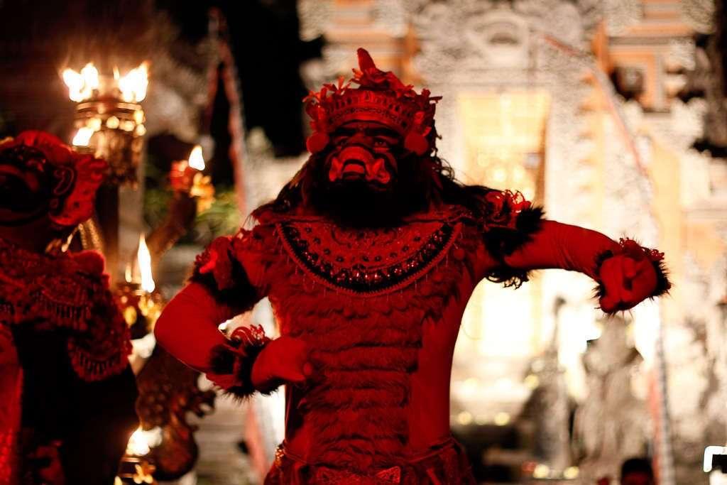 Un intérprete del Ramayana en la danza kechak