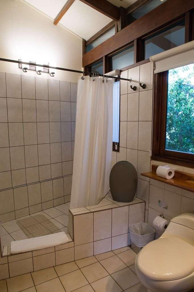 Ducha en el baño de un bungalow de Tulemar