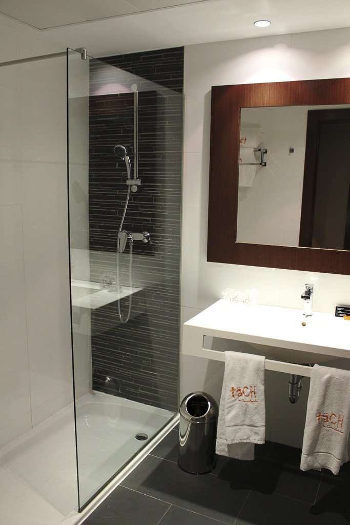 Ducha de una habitación doble en el Täch Hotel Madrid Airport