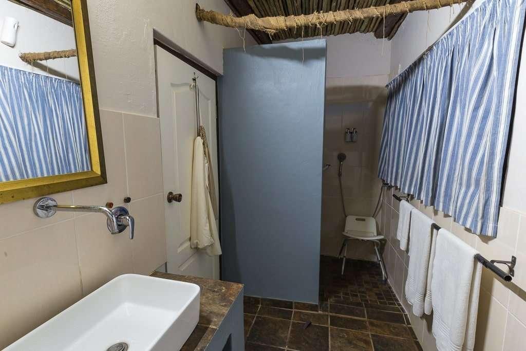 Ducha adaptada de la habitación doble del Umlilo Lodge, St. Lucía, Sudáfrica