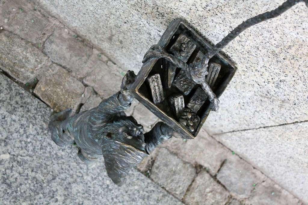 Enano con una cesta en Wroclaw