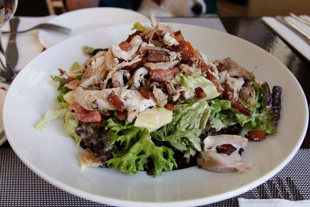 Ensalada de pollo en el restaurante la Plaza de Málaga