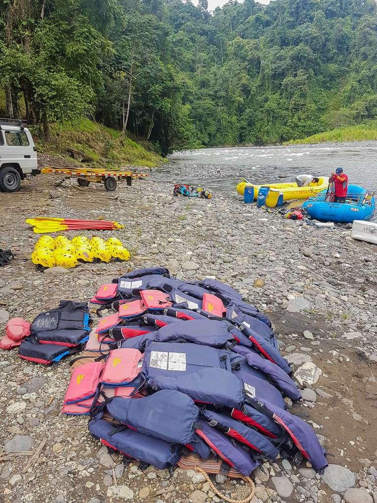 Chalecos, cascos y remos de Ríos Tropicales