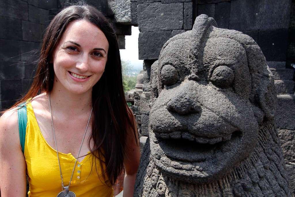 Lena junto a una escultura de Borobudur