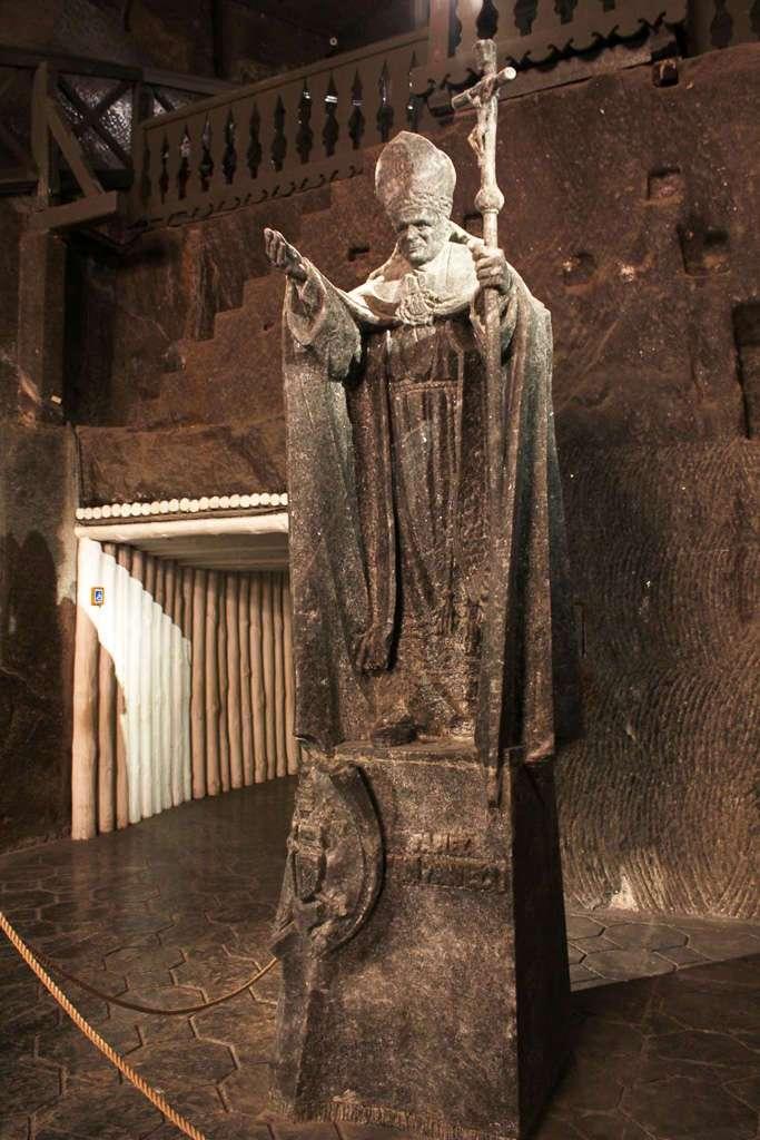 Estatua del Papa Juan Pablo II en las minas de sal de Wieliczka