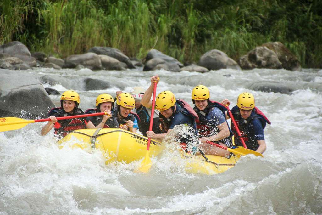 Esforzándonos al máximo durante el rafting