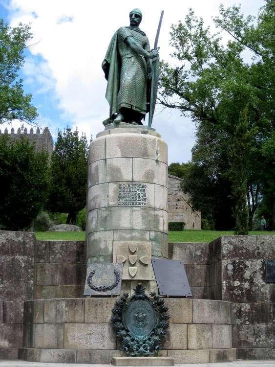 Estatua de Alfonso Enriquez frente al Castillo (Guimarães)