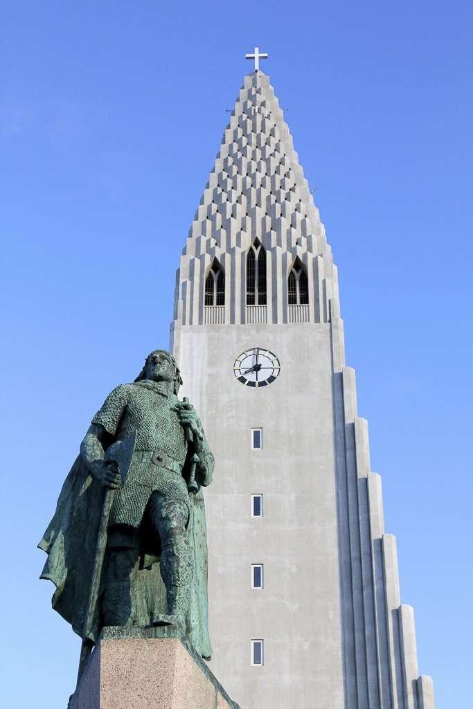Estatua de Leif Eriksson frente a la iglesia Hallgrímskirkja