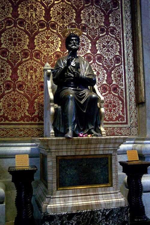 Estatua de San Pedro dentro de la catedral