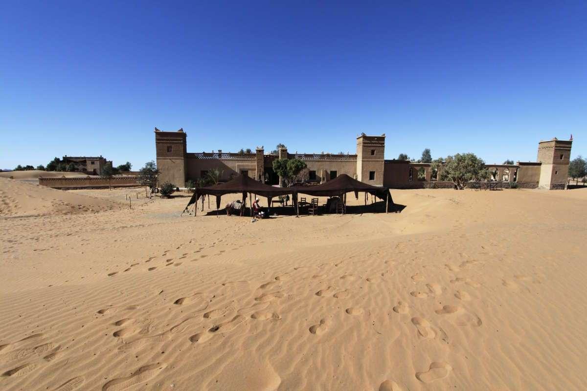 Vista del Auberge Café du sud desde las dunas