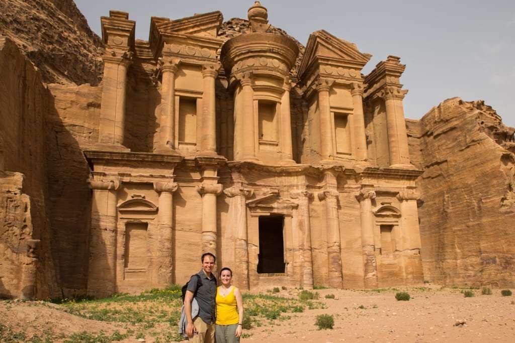 Frente a la fachada del Monasterio de Petra, Jordania