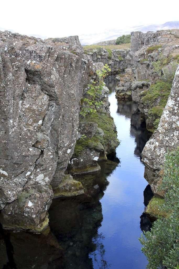 Lena cerca de una de las grietas de Þingvellir
