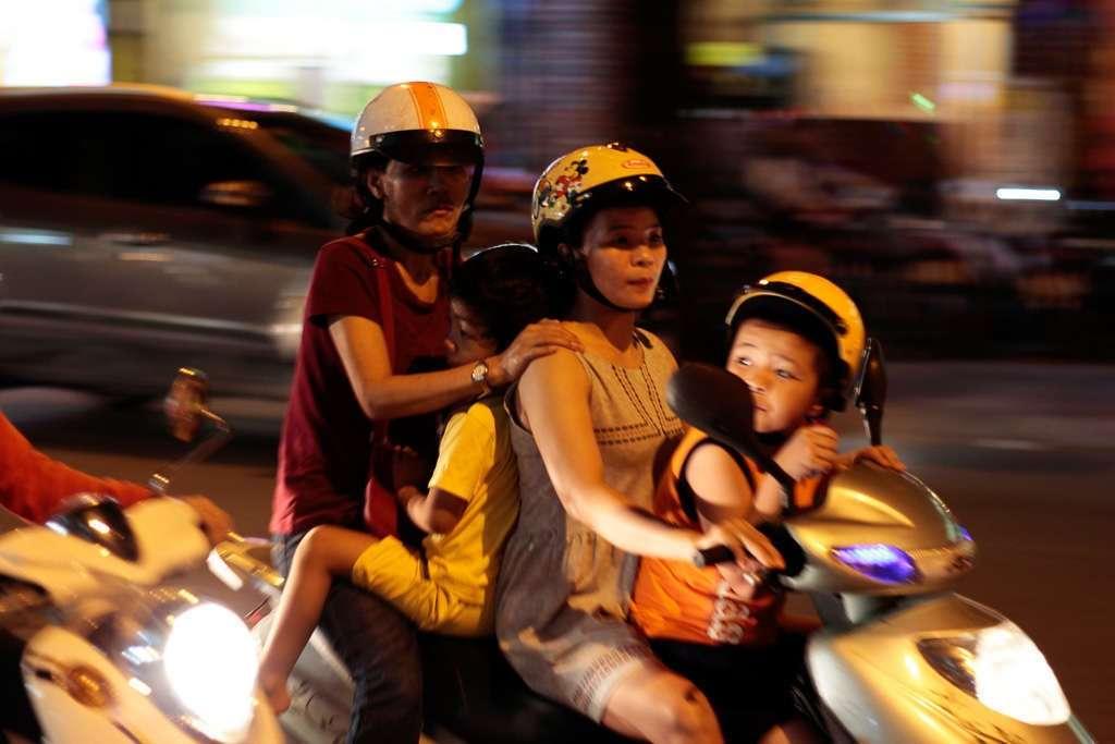 Toda una familia en una moto