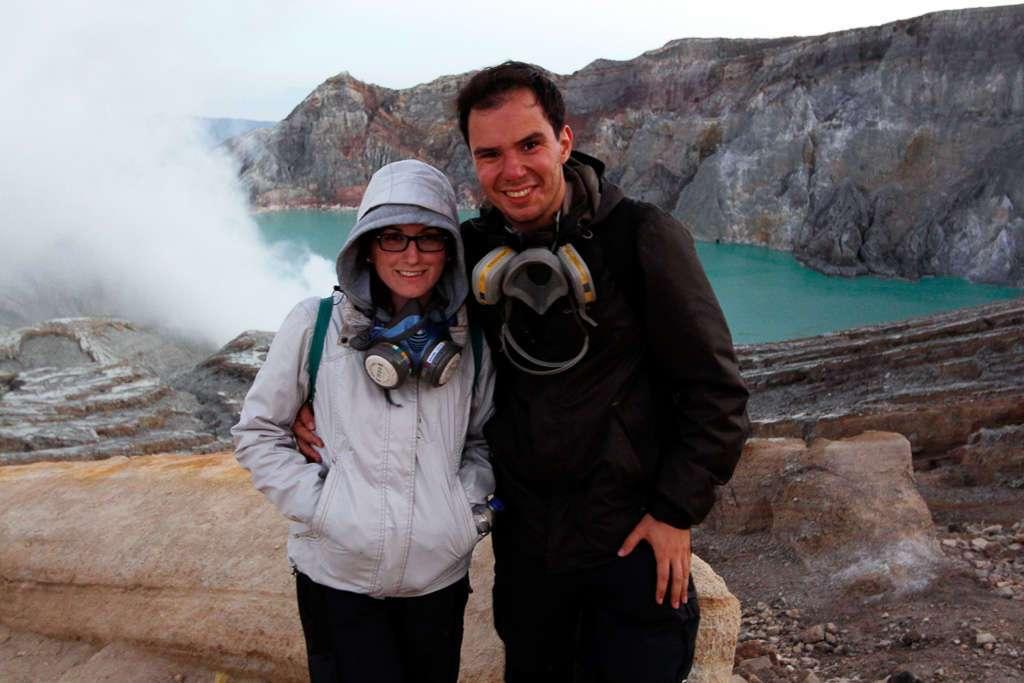 Nosotros frente el cráter de Ijen