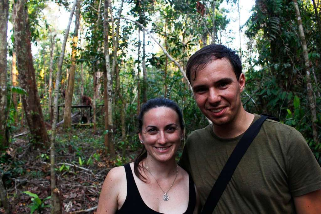 Nosotros en el campamento Tanjung Harapan con los orangutanes detrás