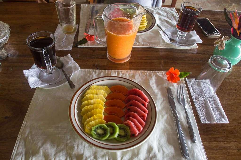 Plato de fruta en el desayuno