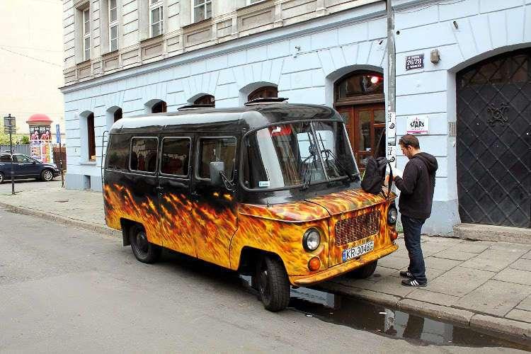 Furgoneta en el barrio de Kazimierz, Cracovia, Polonia