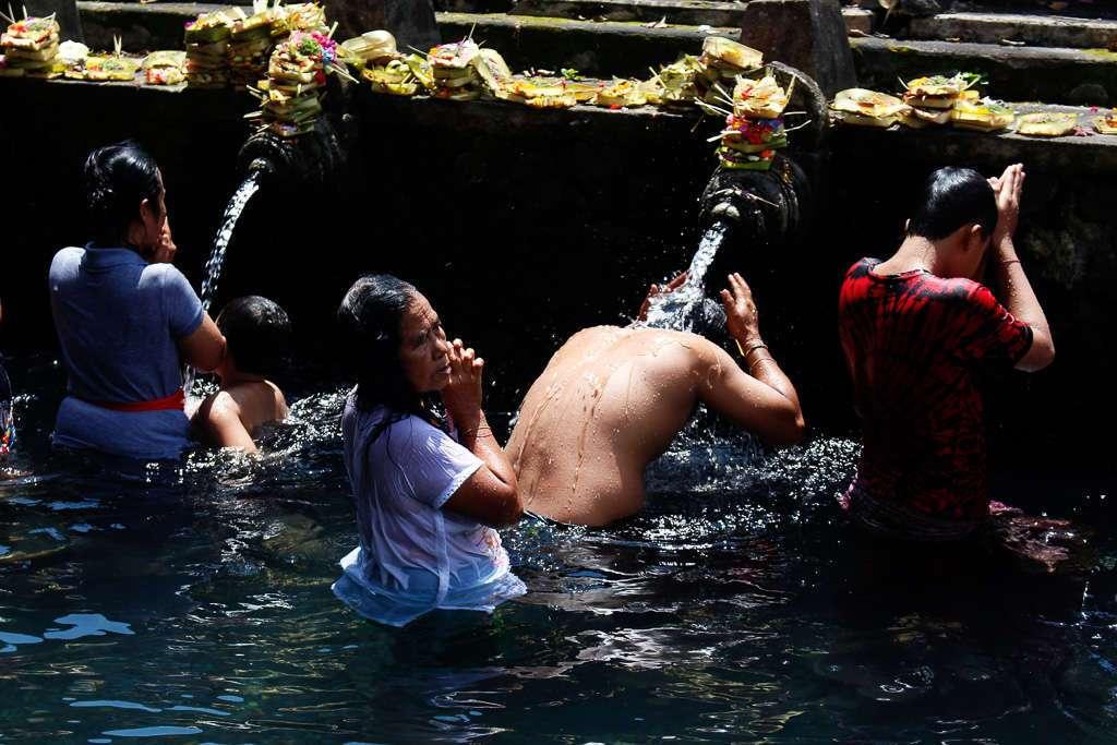 Gente purificándose en Tirta Empul