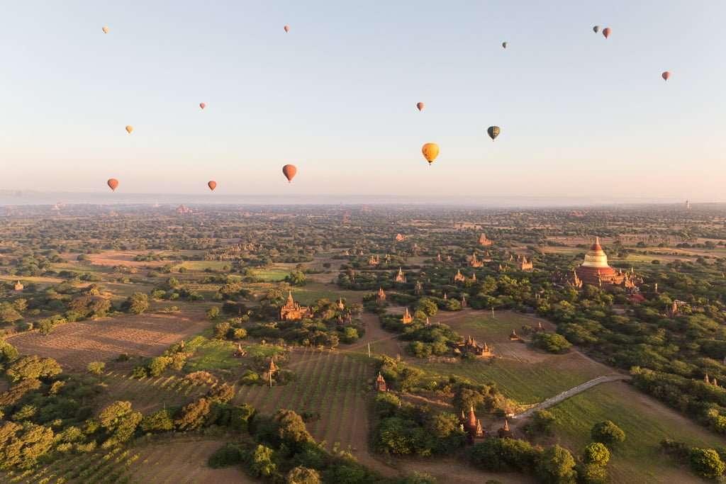 Globos sobrevolando Bagan al amanecer, Myanmar