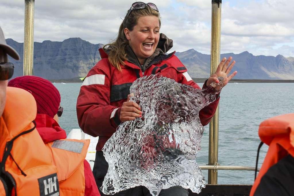 Nuestro guía del lago Jökulsárlón con un trozo de iceberg en la mano