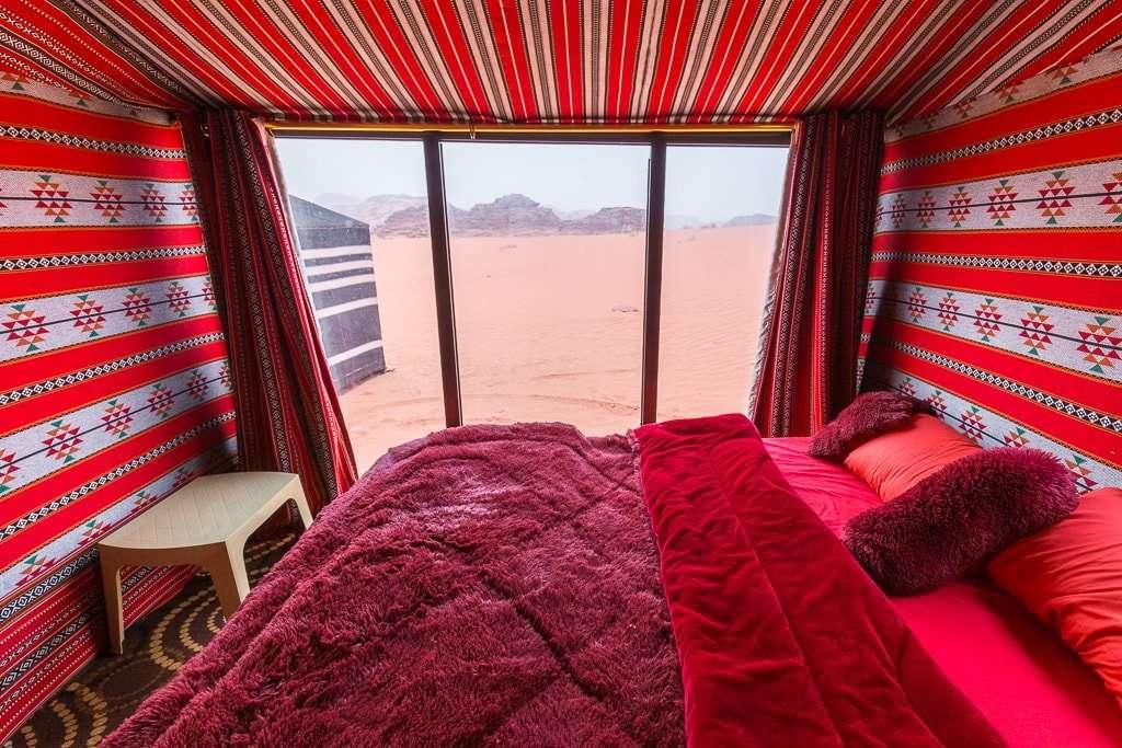 Interior habitación pared de cristal Wadi Rum Starlight Camp