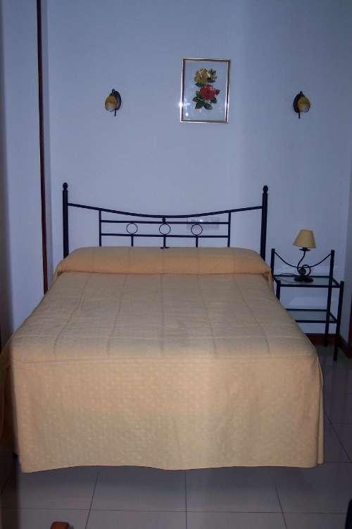 Hostal Cabo Mayor detalle de la cama (Santander)