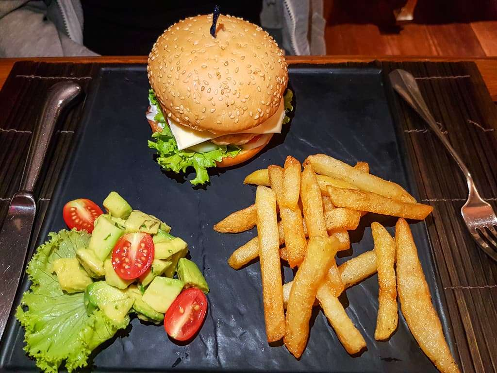 Hamburguesa en el restaurante Spice Garden, Hotel by the Red Canal, Mandalay