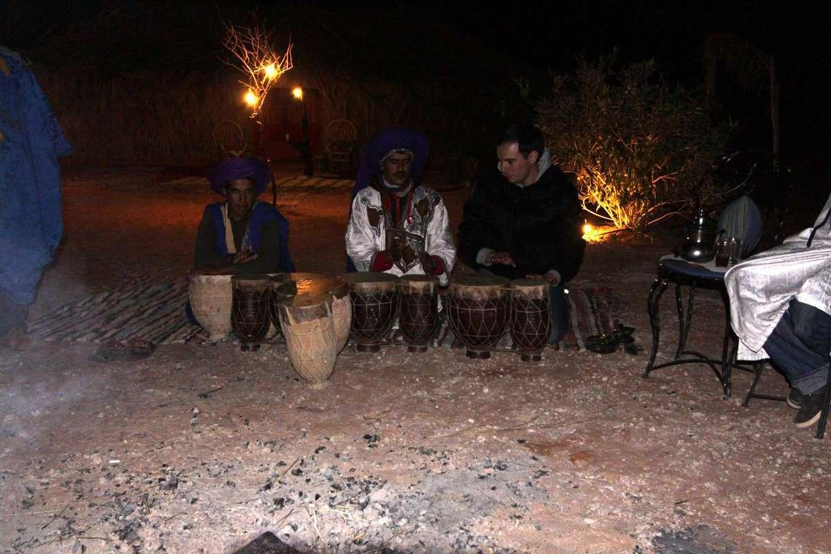 Tocando el djembe tras la cena en el Auberge Café du Sud