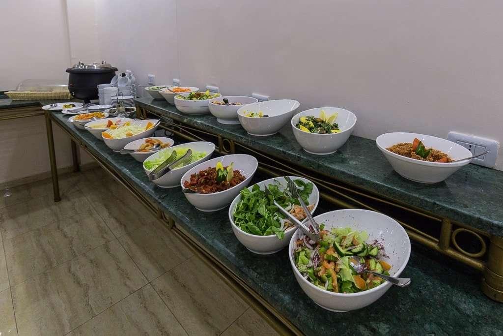 Entrantes y ensaladas en el menú buffet de la cena del hotel de Petra