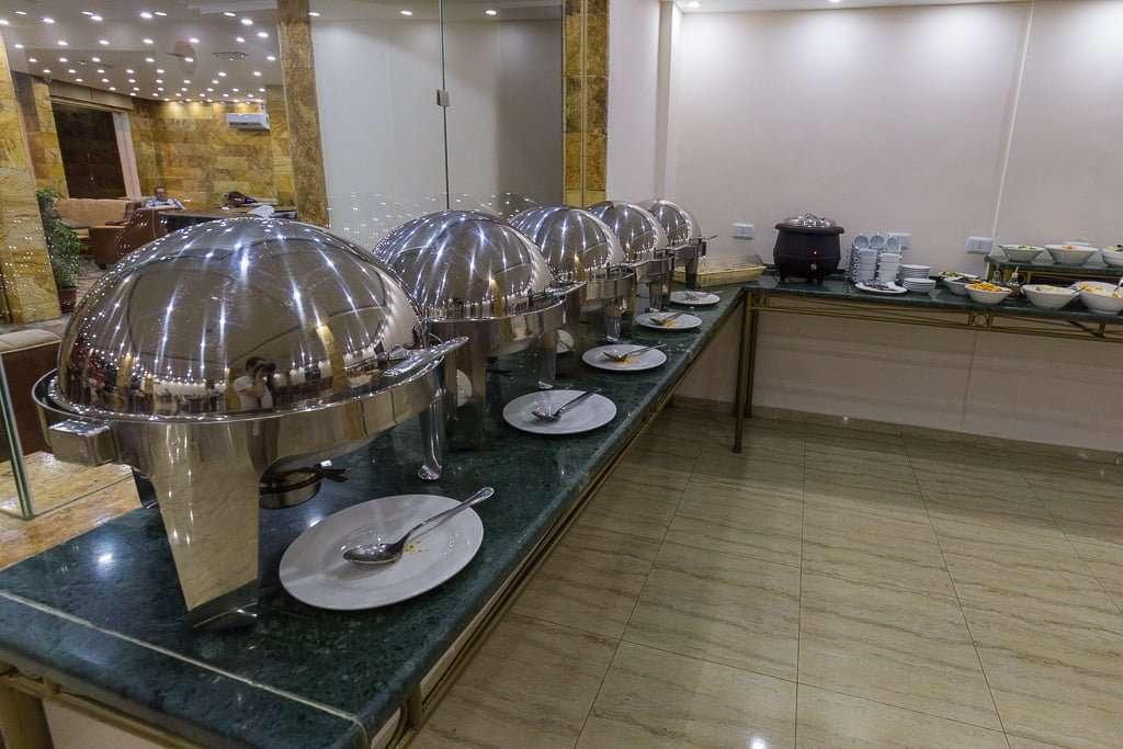Platos calientes en el menú buffet de la cena del hotel de Petra