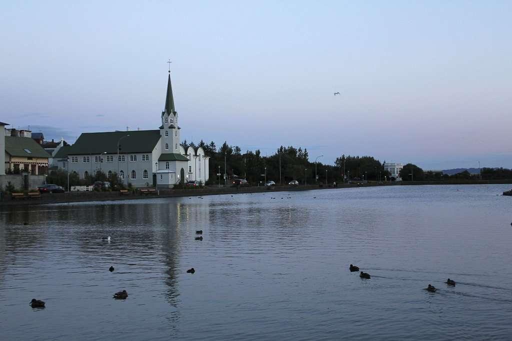 Fríkirkjan í Reykjavík (o Iglesia Libre de Reikiavik) frente al lago Tjörnin