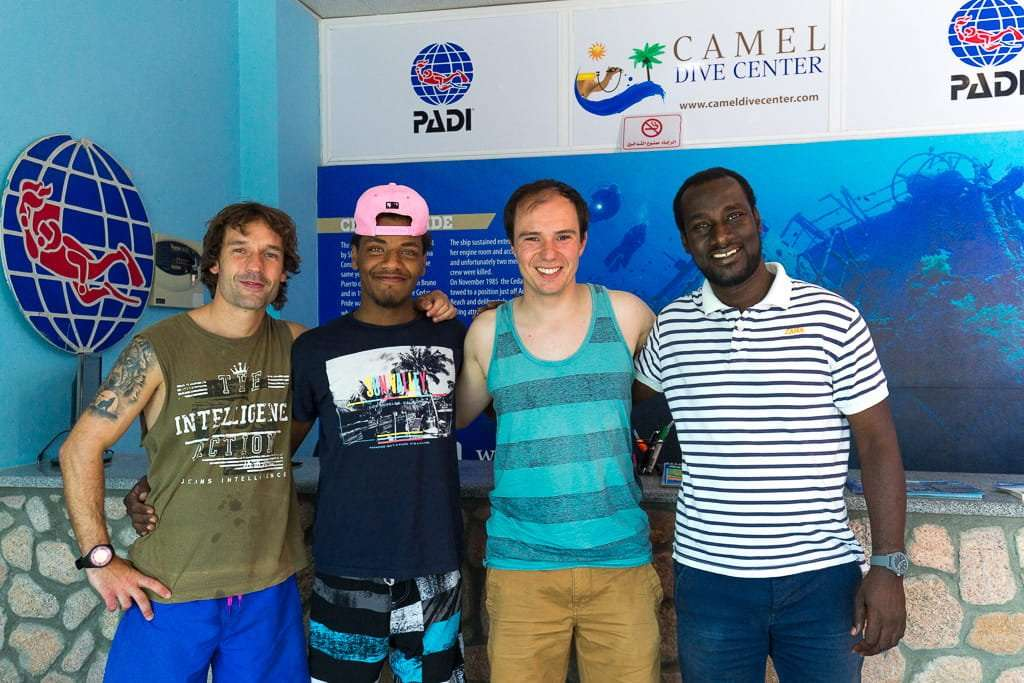 Instructores Juan Carlos y Fox, junto a Alberto y el gerente en Camel Dive Center, Aqaba, mar Rojo, Jordania