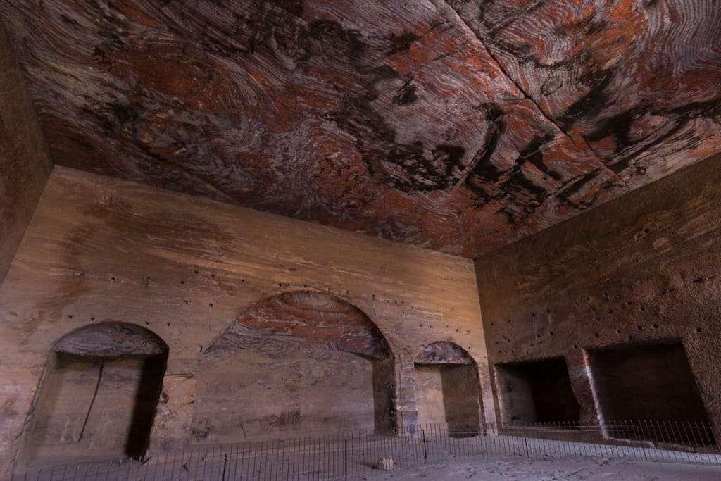 Interior de la Tumba de la Urna, Petra, Jordania